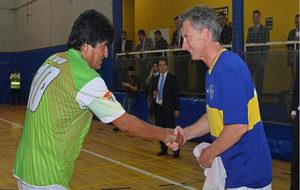 Morales saluda a Macri cuando este era presidente de Boca Juniors.