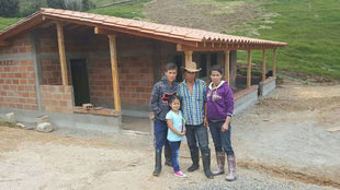 El ?niño ángel', a la izquierda, junto a su familia, en la...