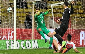 Falcao marca uno de sus dos goles al Metz.