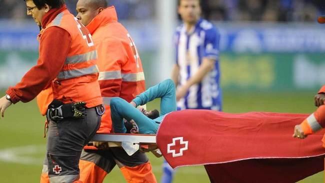Aleix Vidal abandona el estadio en camilla.