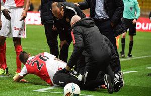Boschilia es atendido en el césped tras lesionarse.