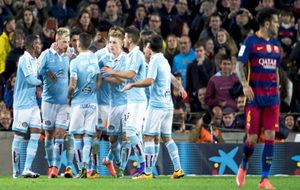 Los jugadores del Celta felicitan a Guidetti por su gol de penalti...