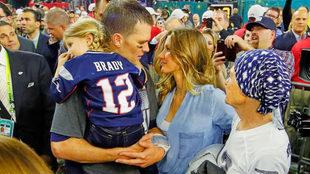 Tom Brady y Gisele Bundchen se miran sobre el campo tras el final de...