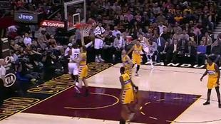LeBron James (Cavaliers) superando a aro pasado a Juancho Hernangómez...