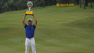 El paraguayo Zanotti exhibe su trofeo en Kuala Lumpur.