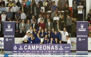 Las integrantes del Sabadell celebran el título español.