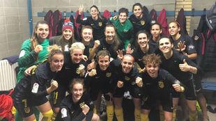 Las jugadoras del Atlético de Madrid celebran su victoria en el campo...