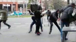 Captura del vídeo de la pelea entre hinchas del Alavés y el...
