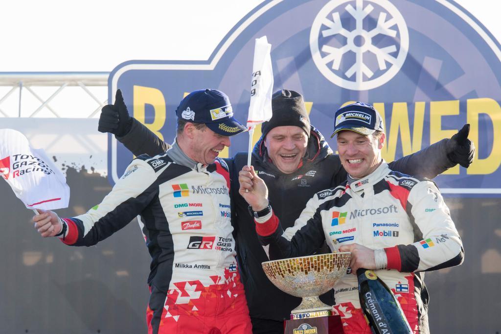 Latvala (d), su copiloto Anttila y el manager de Toyota Tommi Makinen...