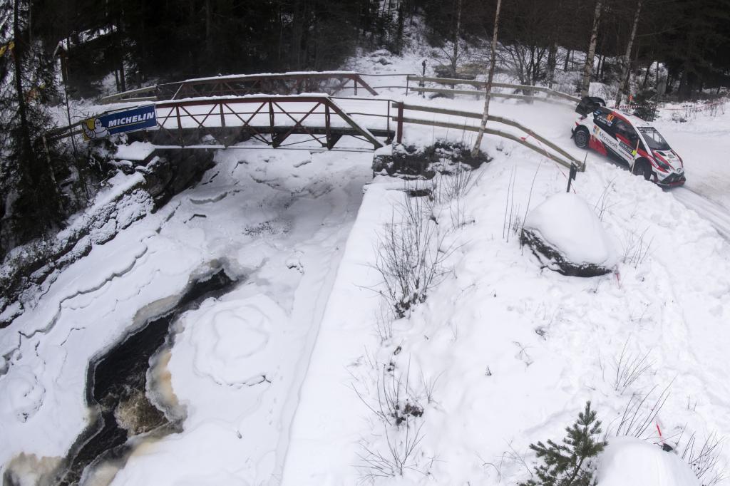 Latvala cruza un puente helado con su Toyota Aris.