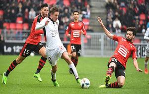 El defensa del Niza Arnaud Souquet trata de impedir que el...