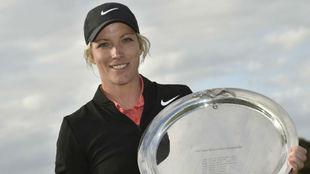 La inglesa Melissa Reid posa con el trofeo de ganadora del Oates Vic...