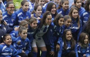 Jenny Benírez posa con las canteranas del Sporting de Huelva.