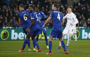 Alfie Mawson remata a gol ante la mirada de los jugadores del...