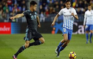 Rosales disputa un balón con Yuri, de la Real Sociedad.