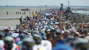 El pelotón del Tour de Francia 2011 en el Paso de Gois.