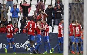 Los jugadores del Sporting celebran el gol de Canella