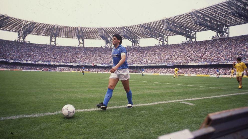 7540cf6b1666a Maradona en un partido con en Nápoles