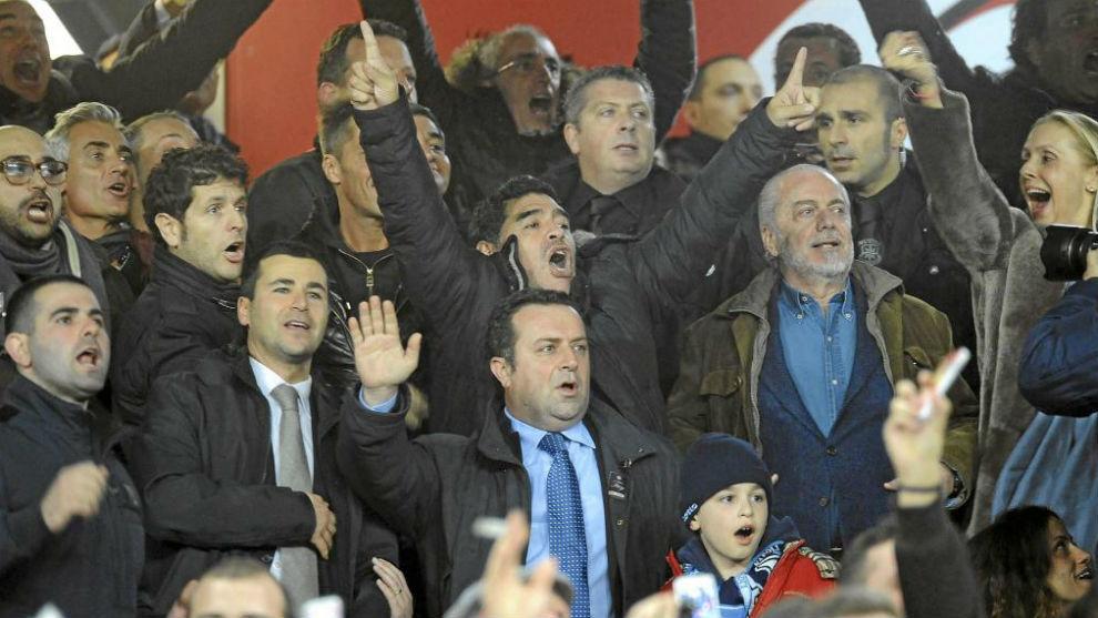 Maradona junto al presidente del Nápoles