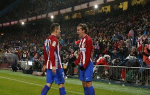 Gameiro y Griezmann celebran un gol de Atlético