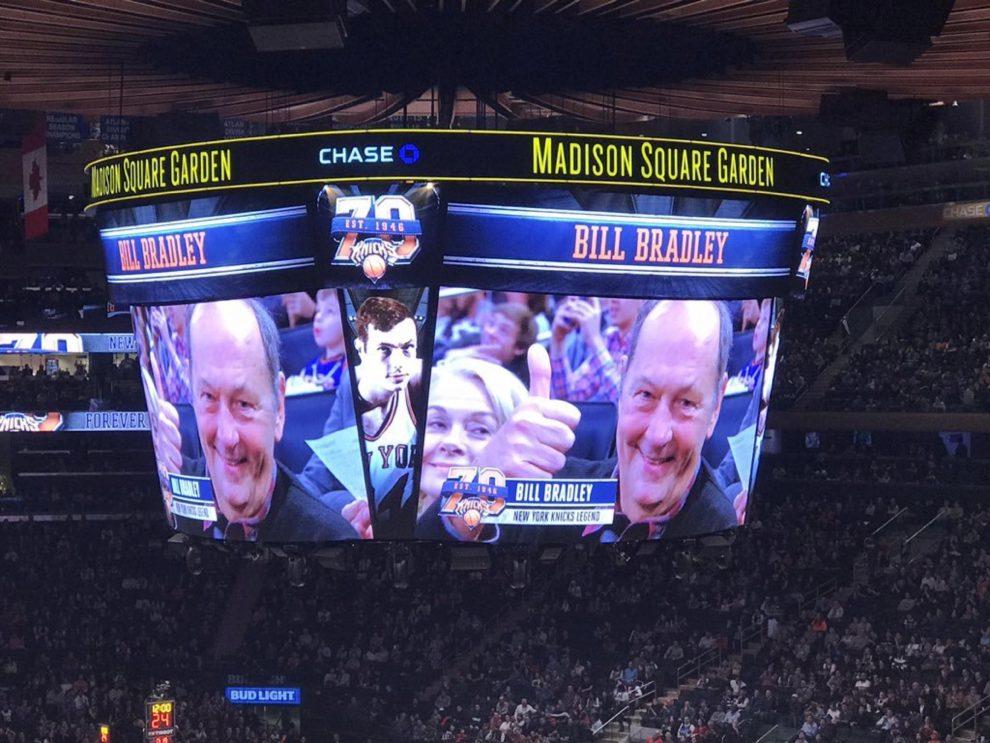Bill Bradley, ex jugador de los Knicks, en el videomarcador del...
