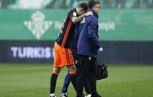 Santi Mina se retira lesionado ayudado por el médico del Valencia.