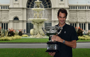 Roger Federer posa con el trofeo del Abierto de Australia