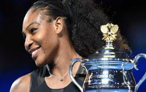Serena Williams posa con el trofeo del Abierto de Australia