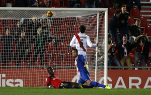 Lago Junior marca ante Gazzaniga el primer gol del Mallorca 2-1 Rayo.