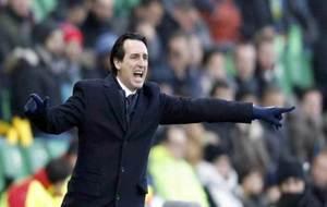 Emery da una indicación durante un partido del PSG.