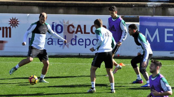Zozulya hace un ejercicio con varios compañeros en el entrenamiento...