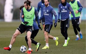 Bale trata de proteger un bal�n en el entrenamiento de esta ma�ana.