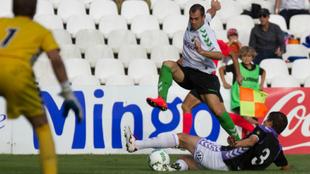 César Díaz intenta zafarse de un defensa en el partido disputado El...