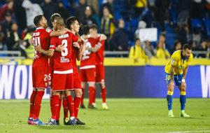 Los jugadores del Sevilla celebran el triunfo en Las Palmas.