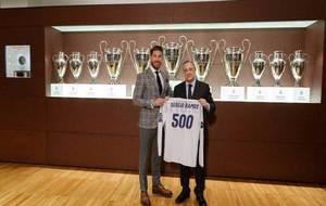Ramos posa con la camiseta conmemorativa de sus 500 partidos junto a...