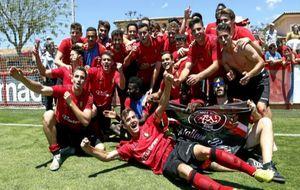 La plantilla del Mallorca B celebra el ascenso conseguido la pasada...