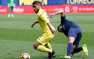 Dos Santos protege el balón en el encuentro frente al Málaga C.F.