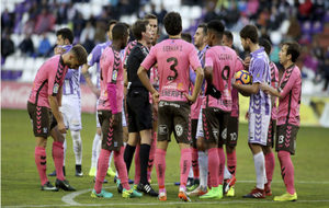Los jugadores de Valladolid y Tenerife rodean al árbitro.