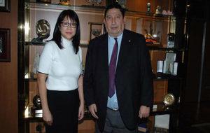 La presidenta del Valencia Layhoon Chan, con Victoriano S�nchez...