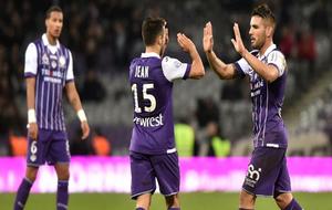 Delort, a la derecha, celebrando un gol con sus compañeros.
