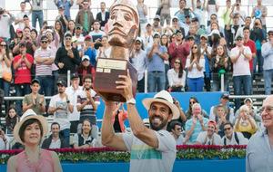 Víctor Estrella alza el título de campeón en Quito