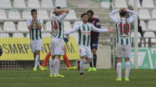 Los jugadores del Córdoba se lamentan durante el partido contra el...