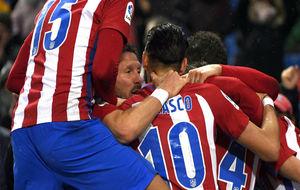 Simeone celebra con los jugadores el gol de la remontada del Atlético...