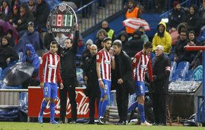 Saúl se retira del partido mientras Correa espera para entrar y...