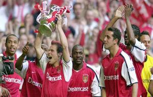 El Arsenal, con Fredrik Ljungberg a la cabeza, celebra la conquista de...