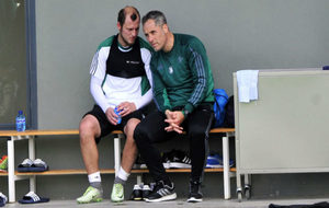 Zozulya, charlando ayer con Marcos Álvarez, con el que coincidió en...