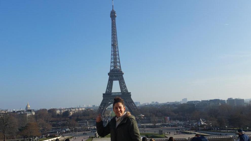 Vero posa junto a la Torre Eiffel.