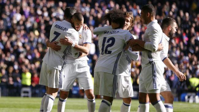 Los jugadores del Real Madrid se abrazan tras marcar un gol.