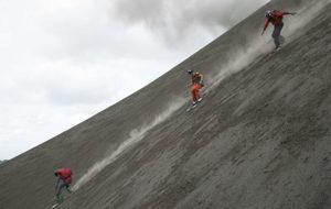 Sam Smoothy, Victor de le Rue y Xavier de le Rue, en el volcán.