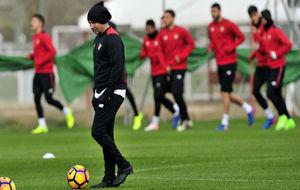 Jorge Sampaoli conduce un balón mientras sus jugadores corren, este...